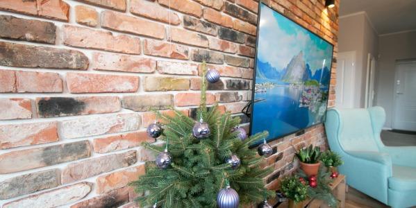 Ceglana ściana z telewizorem